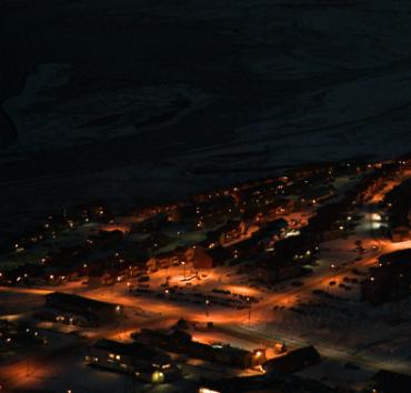 Photo de Longyearbyen plongé dans la pénombre